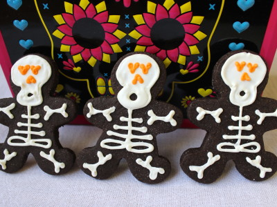Chocolate-cinnamon skeleton cookies for Halloween!